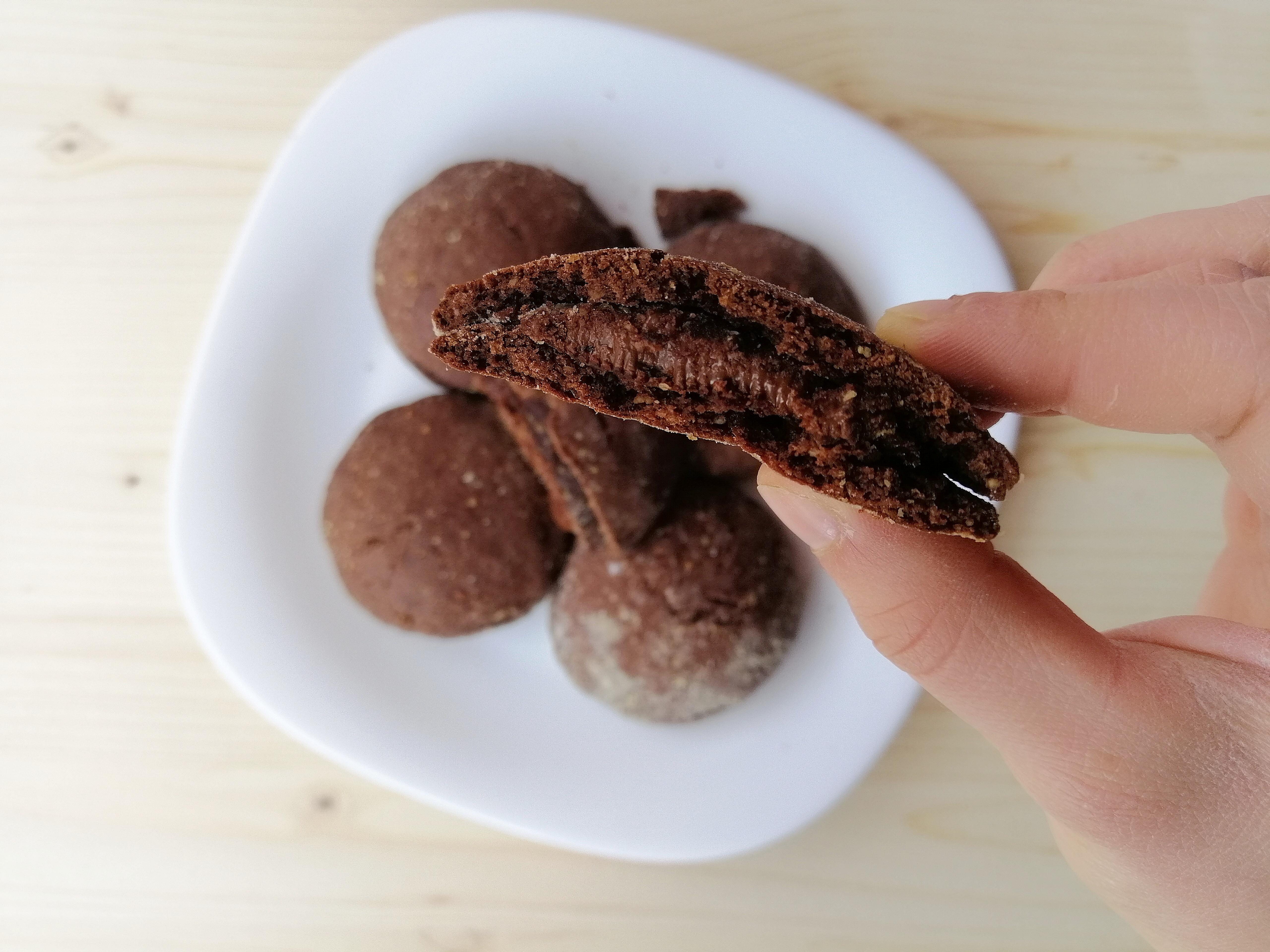 Biscotti friabili al cacao con cuor di gianduia